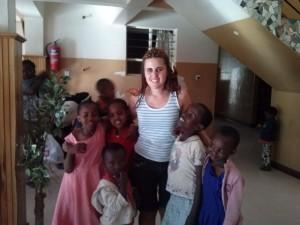 Teresa con niños y niñas
