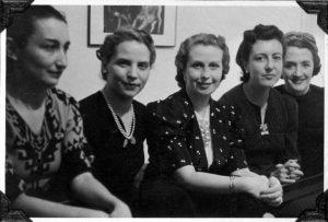 Ernestina de Chaumpourcin a la izquierza, con algunas amigas. Archivo Gral de la Univ. de Navarra