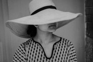 Mujer en blanco y negro con sombrero