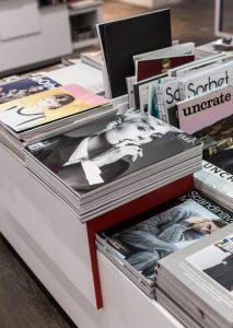 Libros de moda expuestos en una librería