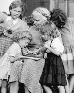 Dorothy Day con sus nietas