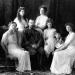 El zar Nicolás II con su familia, de izquierda a derecha: Olga, la primogénita; María, la tercera hija; la zarina Alejandra; Anastasia, la cuarta hija; Alekséi, el hijo menor y heredero; y Tatiana, la segunda hija. Foto: Boasson and Eggler (CC)